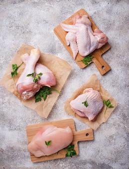 Filé de carne de frango cru, coxa, asas e pernas
