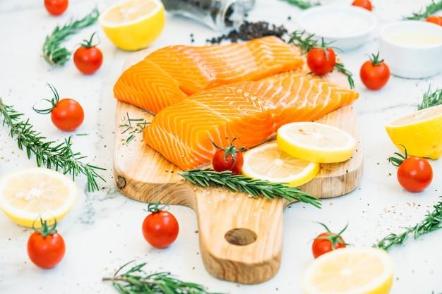 Filé de carne de salmão cru e fresco na tábua de madeira