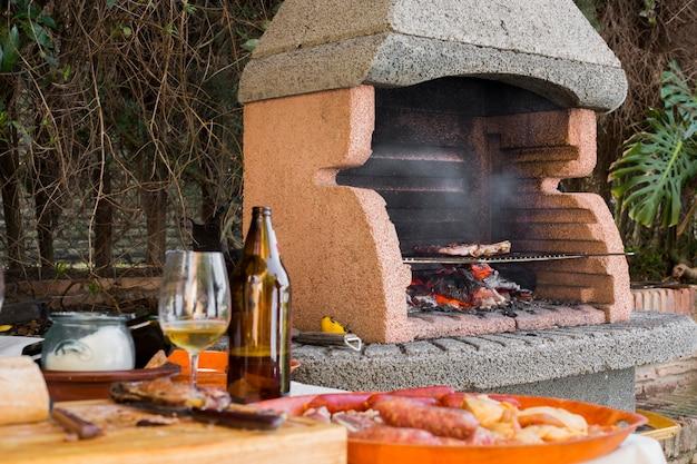 Filé de carne sendo cozido sobre brasas no churrasco