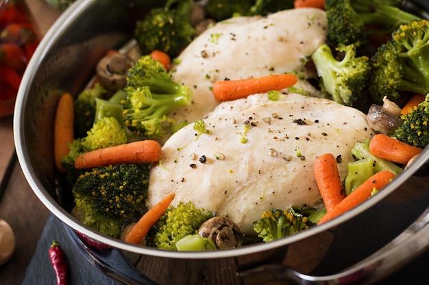 Filé de frango com legumes no vapor