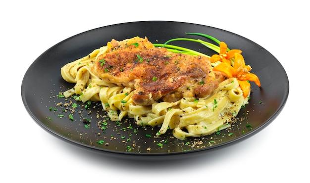 Filé de frango com macarrão e molho de pimenta preta comida italiana fusion estilo decoração cebolinha e vista lateral de pimentão esculpido