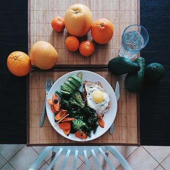 Filé de frango com ovo, espinafre, brócolis e abacate