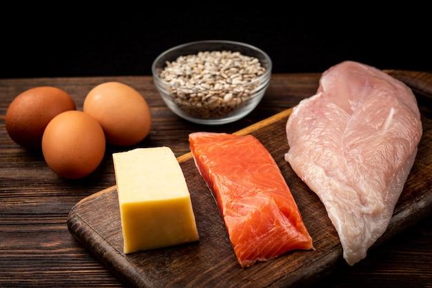 Filé de frango cru, peixe, queijo, ovos e sementes de girassol