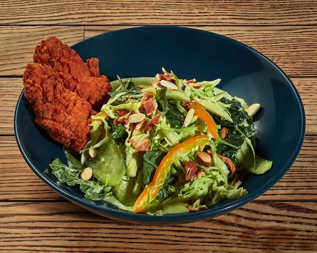 Filé de frango frito empanado com salada de legumes