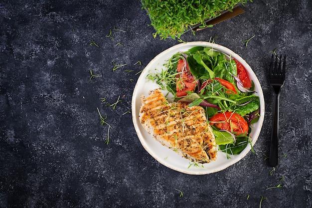 Filé de frango grelhado com salada. dieta ceto, cetogênica, paleo. comida saudável. conceito de almoço de dieta. vista superior, sobrecarga, espaço de cópia
