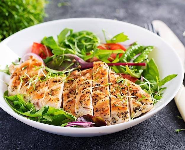 Filé de frango grelhado com salada. dieta ceto, cetogênica, paleo. comida saudável. conceito de almoço de dieta.