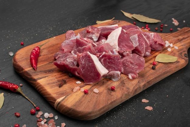 Filé de lombo de cordeiro picado cru, carne de carneiro em cubos