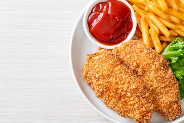 Filé de peito de frango frito com batata frita e ketchup