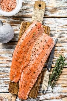 Filé de peixe de salmão ou truta crus com especiarias e ervas.