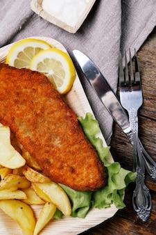 Filé de peixe delicioso com batatas fritas