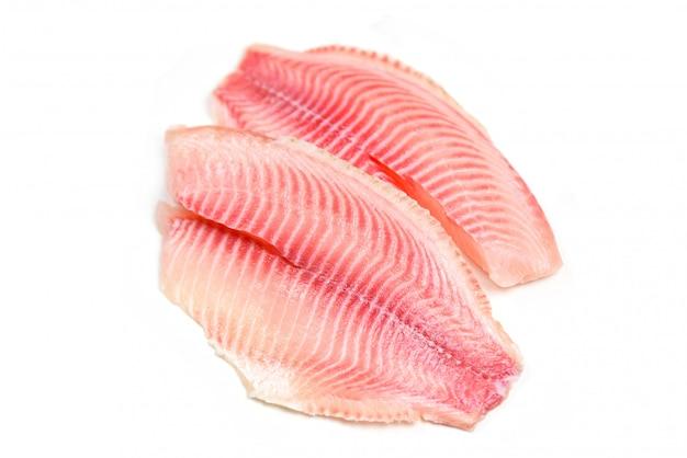 Filé de peixe fresco em branco
