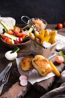 Filé de peixe frito com batatas assadas