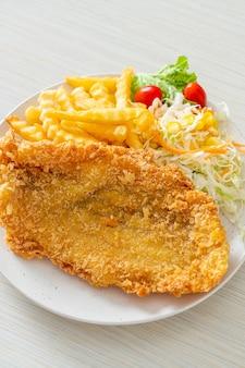 Filé de peixe frito e batata frita com mini salada