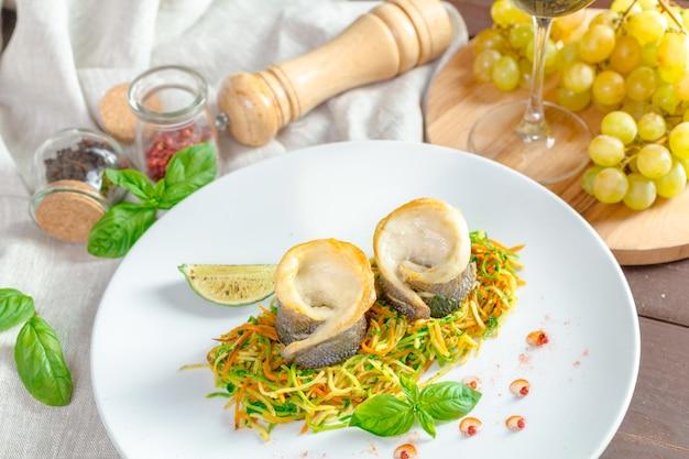 Filé de peixe frito e legumes