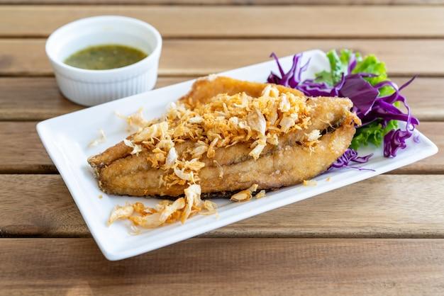 Filé de peixe pargo frito com alho