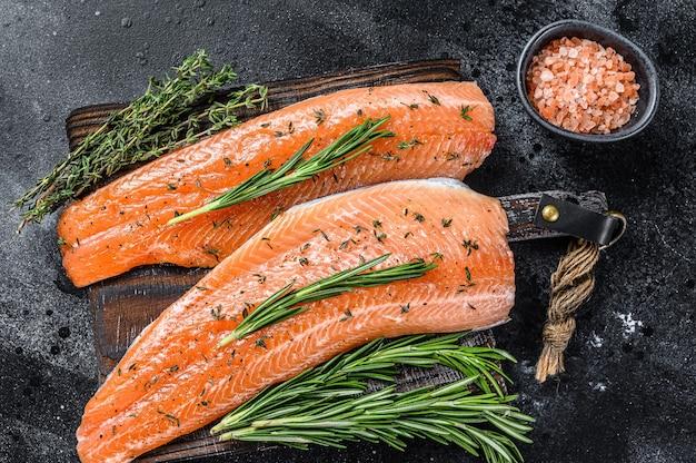 Filé de peixe salgado ou truta salmão com especiarias e ervas