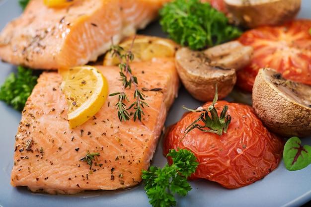 Filé de peixe salmão assado com tomates, cogumelos e especiarias. menu de dieta.
