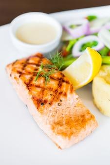 Filé de peixe salmão bife grelhado