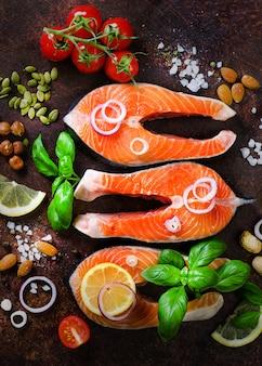 Filé de peixe salmão cru com ervas aromáticas, cebola, abacate, brócolis, pimenta sino, legumes