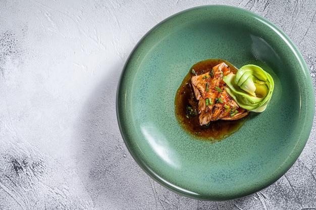 Filé de peixe salmão japonês com molho de teriyaki e abacate.
