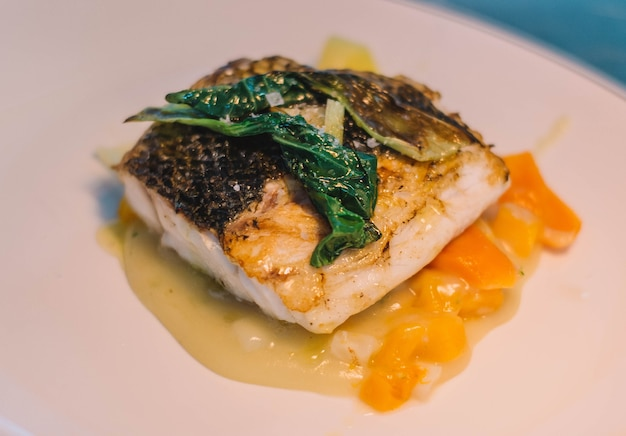 Filé de pescada gourmet em restaurante chique