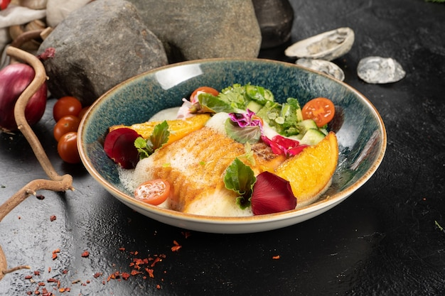 Filé de salmão assado com laranja frita e pepino partido