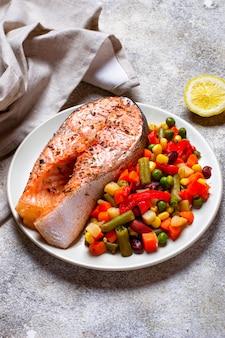 Filé de salmão assado com legumes