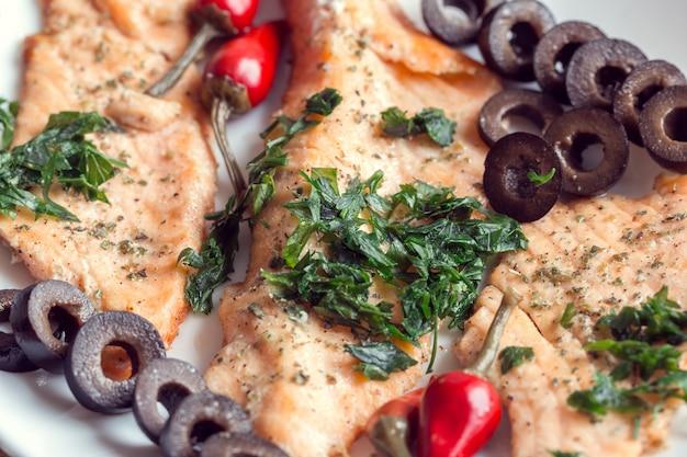 Filé de salmão com azeitonas, ervas e pimenta vermelha picante