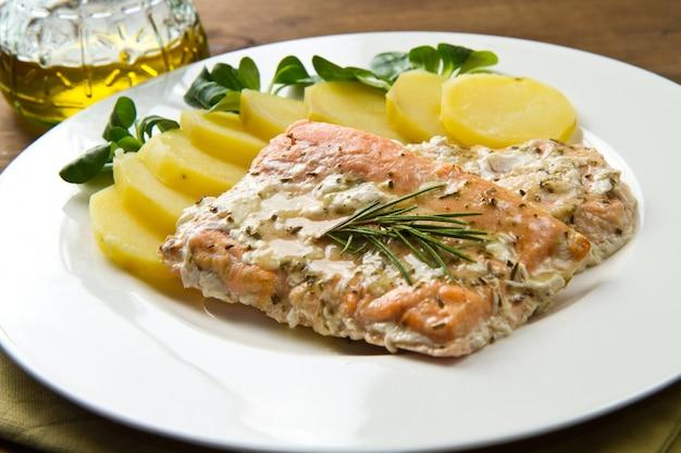 Filé de salmão com batatas