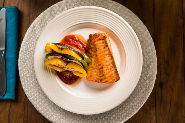 Filé de salmão com vegetais misturados