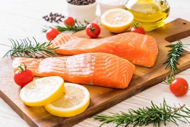 Filé de salmão cru com tomate limão alecrim pimenta e sal