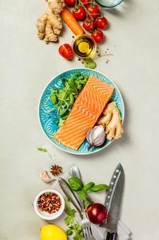 Filé de salmão cru e ingredientes para cozinhar