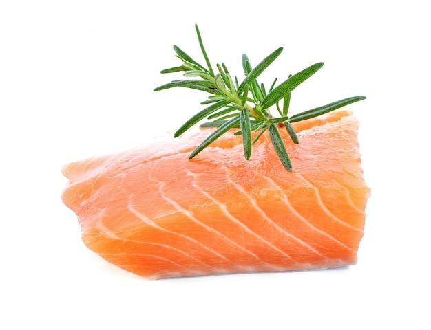 Filé de salmão cru filé vermelho isolado em um fundo branco