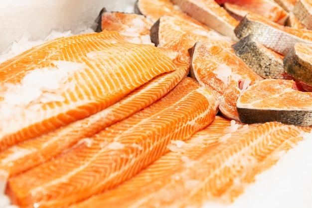 Filé de salmão cru fresco no gelo no balcão. alimentos saudáveis e vitaminas. fechar-se.
