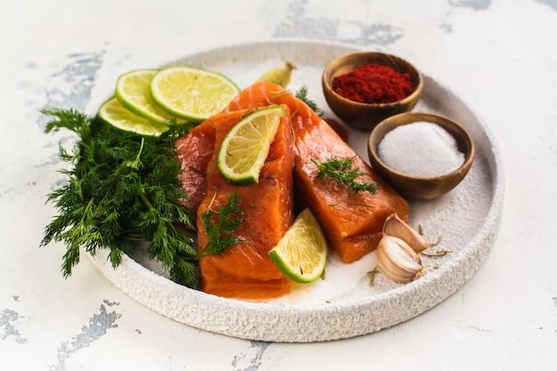 Filé de salmão cru fresco