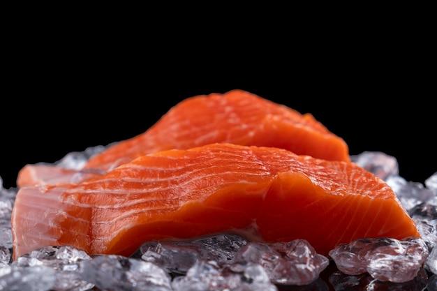 Filé de salmão cru no espaço da cópia de gelo