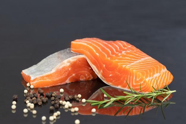 Filé de salmão em preto