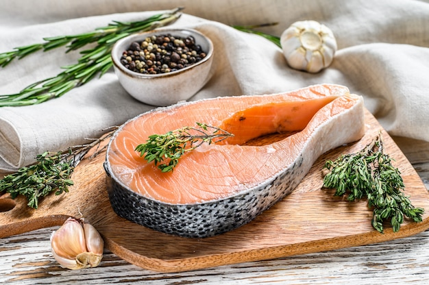 Filé de salmão em uma tábua de cortar. peixe orgânico cru