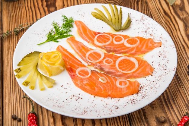Filé de salmão fresco com ervas aromáticas, especiarias, sal rosa e limão.