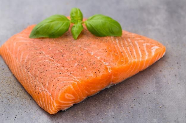 Filé de salmão fresco com especiarias