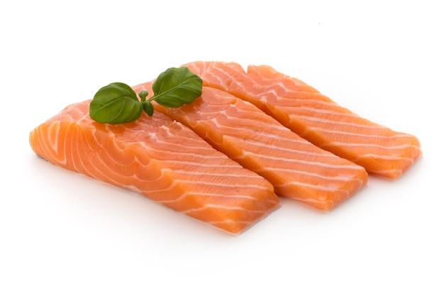 Filé de salmão fresco com manjericão no branco