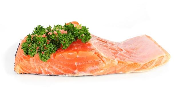Filé de salmão fresco com salsa, isolado no branco