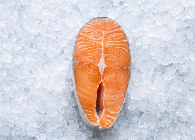 Filé de salmão fresco cru no gelo de perto, peixe frio do oceano, cozinhando em casa e na vista superior do restaurante