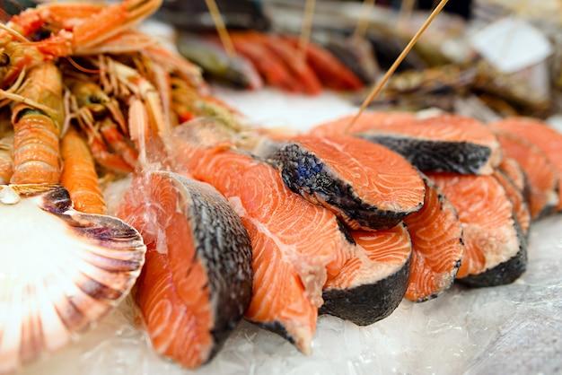 Filé de salmão fresco no gelo