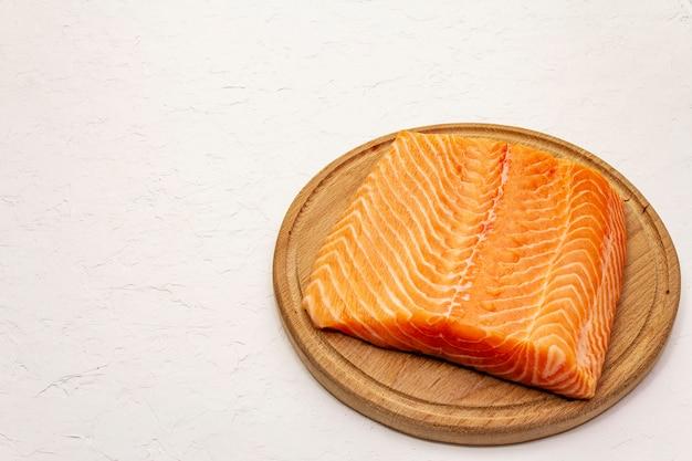 Filé de salmão fresco. tábua de madeira
