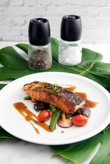 Filé de salmão grelhado coberto com delicioso molho teriyaki (à base de molho de soja).