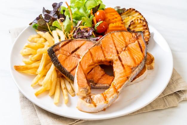 Filé de salmão grelhado com batatas fritas e legumes
