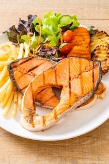 Filé de salmão grelhado com legumes e batatas fritas