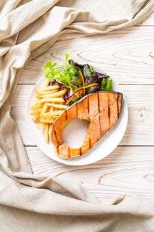 Filé de salmão grelhado com legumes no prato