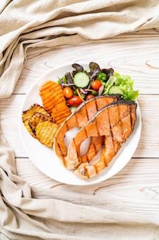 Filé de salmão grelhado com vegetais